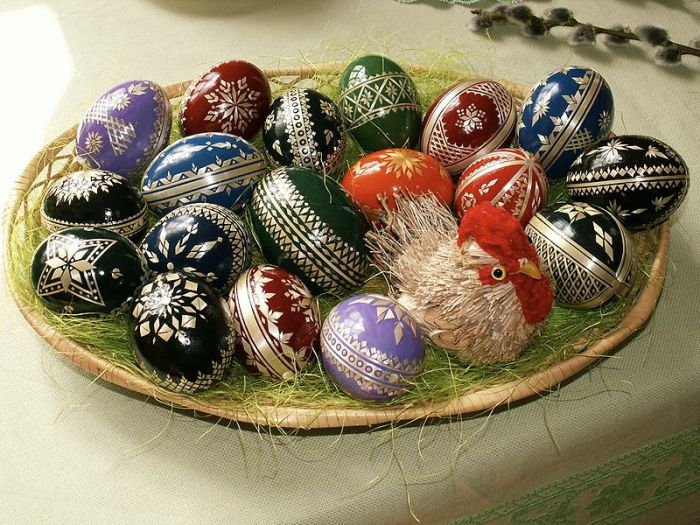 800px-Easter_eggs_-_straw_decoration